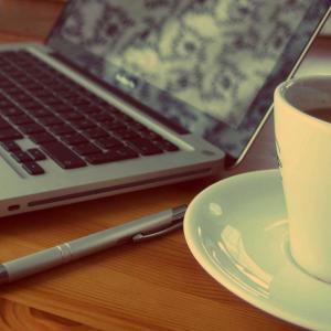 un site gratuit pentru afacerea ta si o ceasca de cafea